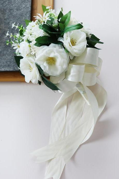 Bride holding bouquet Western-style church wedding white green simulation flower ball wedding celebration