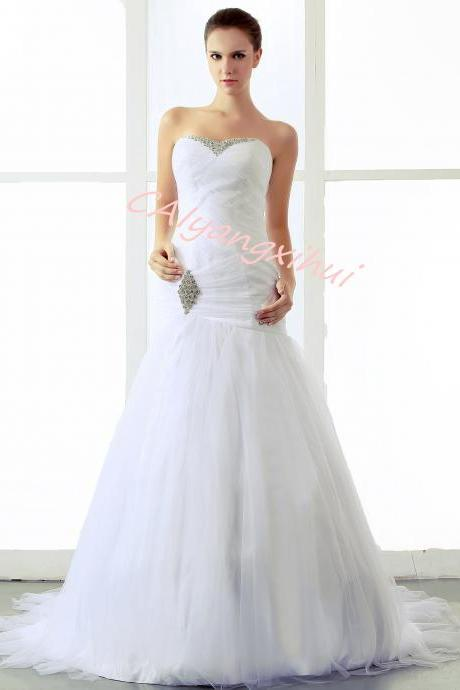 Bride white wedding dress sweetheart neckline cathedral ball wedding dress